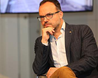 Hossein Derakhshan escucha las preguntas del p�blico tras su charla. (Imagen por gentileza de DW).