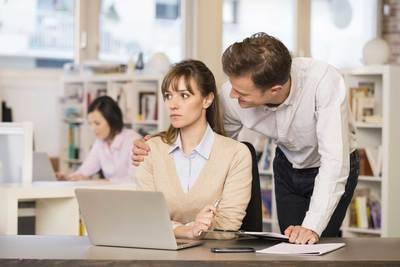 """""""Todos los empleados tienen un papel que desempeñar y los que facilitan el acoso son cómplices cuando se quedan callados o miran para otro lado"""". (SherylSandberg)"""