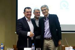 De izquierda a derecha, Arsenio Escolar, presidente de la AEEPP, Carlos Astiz, director general de la AEEPP, y Madhav Chinnappa, director de relaciones estrat�gicas con los medios de Google.
