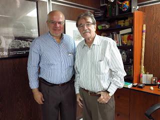 El autor junto a Teodoro Petkoff, en Venezuela.