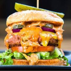 Aunque no lo parezca, la hamburguesa de la imagen no contiene carne real.