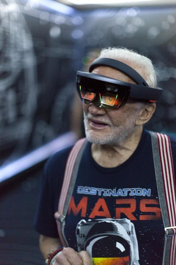 El astronauta Buzz Aldrin usando un visor Hololens.