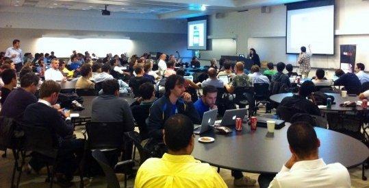 Jóvenes congregados en el evento Latam Invasion to Silicon Valley (EEUU).