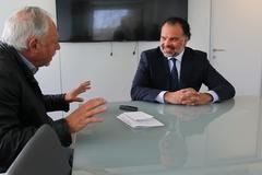 Fernando de Yarza (derecha) durante la entrevista que concedió a la revista 'Influencers', realizara por Miguel Ormaetxea (izquierda), editor de media-tics.com. / Imagen: Grupo Henneo para 'Influencers'.