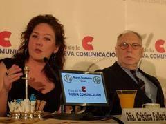 Un momento de la intervención de Cristina Fallarás. A su lado, Ernesto Ekaizer