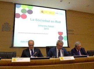 El secretario de Estado de Telecomunicaciones Víctor Calvo-Sotelo entre el director de Red.es Borja Adsuara (izqda.) y el director del ONTSI Pedro Martín (dcha.).     (Foto: Míriam Gimeno)