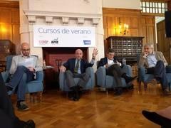 De izq. a dcha., Ignacio Álvarez Peralta (Podemos), Luis de Guindos (ministro de Economía y Competitividad en funciones), Pedro Saura (PSOE) y Luis Garicano (Ciudadanos).