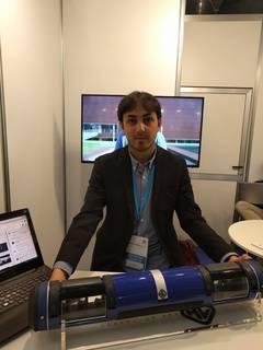 Iván Torres con la maqueta del prototipo con el que Hyperloop UPV ha ganado dos concursos / media-tics.com