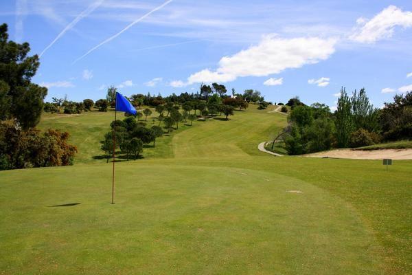 El impresionante campo de golf de la urbanización hará las delicias de los aficionados.