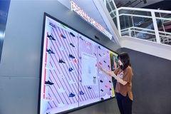 Tmall de Alibaba llena de tecnología la tienda de Intersport en Pekín