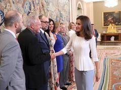 Doña Letizia saluda a Miguel Ormaetxea, presidente de Ecointeligencia Editorial, durante la recepción a miembros de la Junta Directiva de la AEEPP que ofreció en el Palacio de La Zarzuela / Imagen: © Casa de S.M. el Rey.