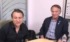 Peter Diamandis (izquierda) durante la entrevista a Ray Kurzweil (derecha).