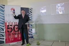 Jerónimo Vílchez, director territoria Sur de Telefónica, estableciendo la videollamada desde Málaga con Londres vía 5G con tecnología Huawei.