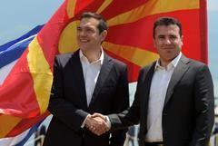 Los presidentes de Grecia (Alexis Tsipras, izquierda) y Macedonia (Zoran Zaev, derecha), se estrechan la mano tras el acuerdo sobre el cambio de nombre de la Antigua República Yugoslava de Macedonia.