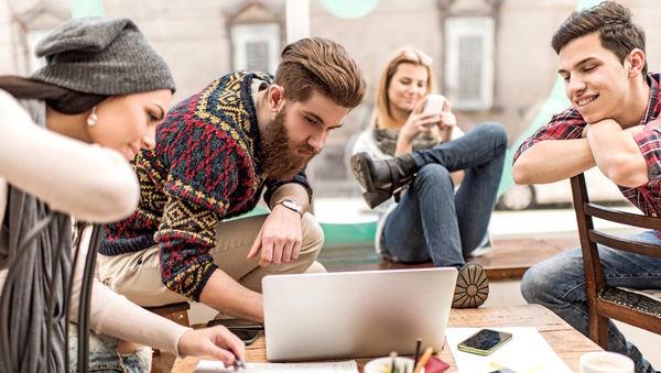 Los millennials leen noticias a través del móvil