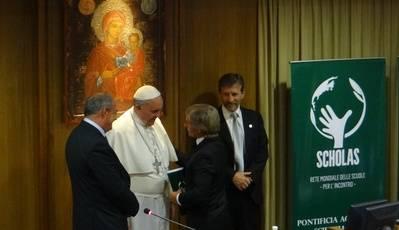 Telecom Argentina, junto con el GrupoTelecom, firma acuerdo con el Papa