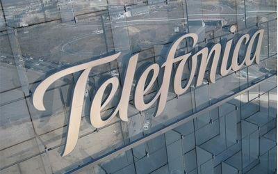 Telefónica aumenta el 7,4% su beneficio y reduce el 9,8% su deuda
