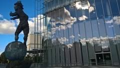 La acristalada Post Tower, sede de Deutsche Post DHL, con las Naciones Unidas al fondo y, en medio, el edificio blanco de la televisión pública alemana.