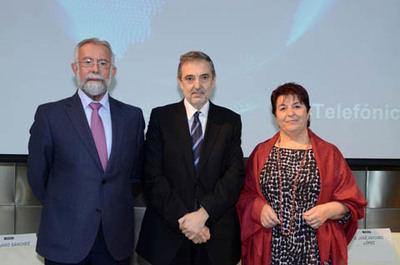 De izquierda a derecha: el alcalde de Talavera de la Reina, Jaime Ramos Torres; Luis Miguel Gilpérez, presidente de Telefónica España, y la alcaldesa de Segovia, Clara Isabel Luquero de Nicolás