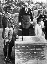 'Hitler pone la primera piedra de la fábrica de Volkswagen en Wolfsburgo, llamada inicialmente por los nazis 'Ciudad del automóvil de Fallersleben'