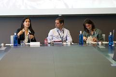 De izquierda a derecha, la directora general de Finanzas y Control de Telefónica, Laura Abasolo, junto con Juan Emilio Maillo, director de Comunicación Corporativa y Elena Valderrábano, directora de Ética Corporativa y Sostenibilidad.