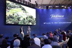 De izquierda a derecha: Gonzalo Martín-Villa, director global de Innovación de Telefónica; y Patrick López, director of customer centric networks de Telefónica, durante el Mobile World Congress de 2018, donde se presentó el proyecto 'Internet para todos'.