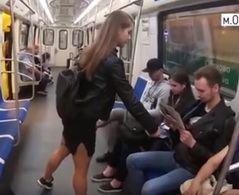 Captura del vídeo que muestra cómo la activista rusa rocía con agua y lejía la entrepierna de hombres que hacen 'manspreading'.