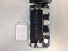 Batería de SolidEnergy (izquierda) con mayor capacidad que la de un iPhone 6 (derecha) en la mitad de tamaño.