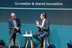 A la izquierda, Satya Nadella, CEO de Microsoft, y, a la derecha, José María Álvarez-Pallete, presidente ejecutivo de Telefónica.
