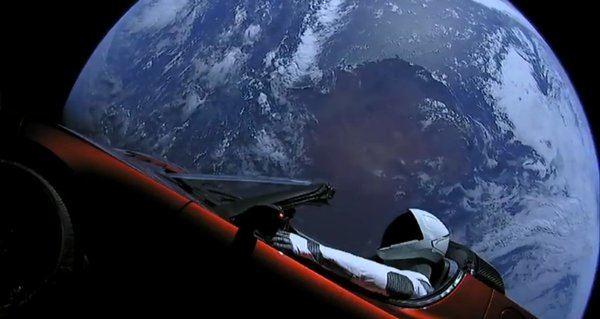 Imagen real del Tesla con el maniquí enviado al espacio en el Falcon Heavy.