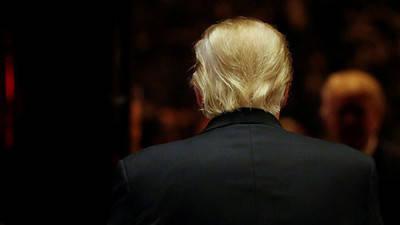 El hombre de espaldas al planeta